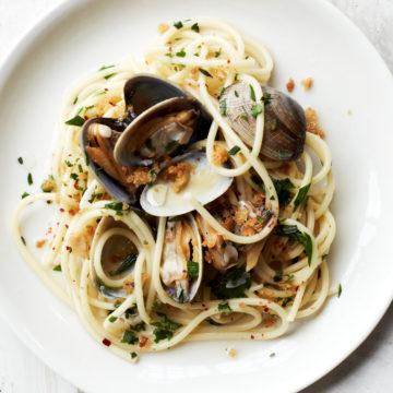 спагети с миди и хлебни трохи